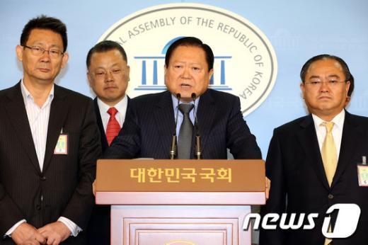 [사진]대선공약 발표하는 이건개