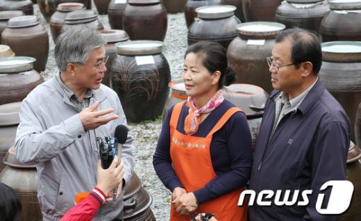 [사진]귀농부부와 대화하는 문재인 후보