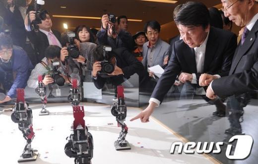 [사진]로봇 관람하는 안철수 후보