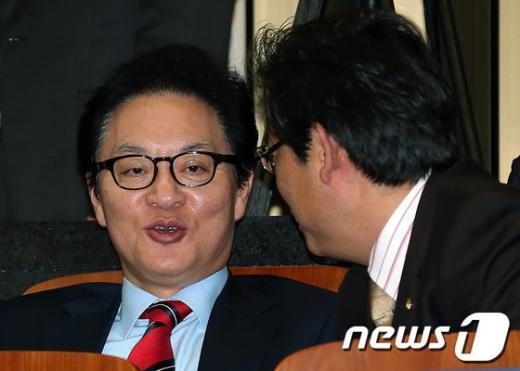 [사진]의원총회 참석한 정두언 의원