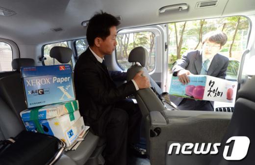 특검이 17일 오후 서울 구의동 이상은 다스 회장 자택에 대한 압수수색을 마친 후 압수품을 담은 박스를 옮기고 있다.  News1 유승관 기자