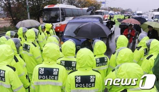 [사진]경찰에 막힌 탈북 단체 차량