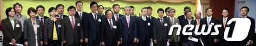 [사진]문재인 후보, 새로운정치위원회 위원들과 함께