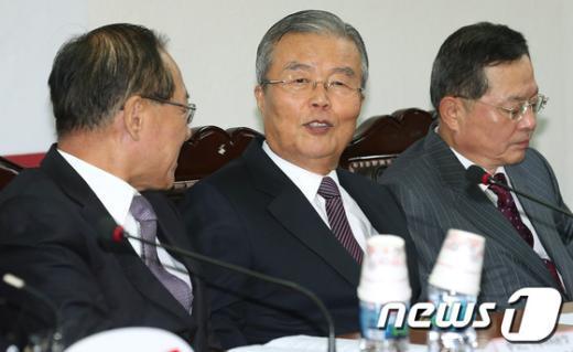 [사진]황우여 대표와 이야기 나누는 김종인 위원장