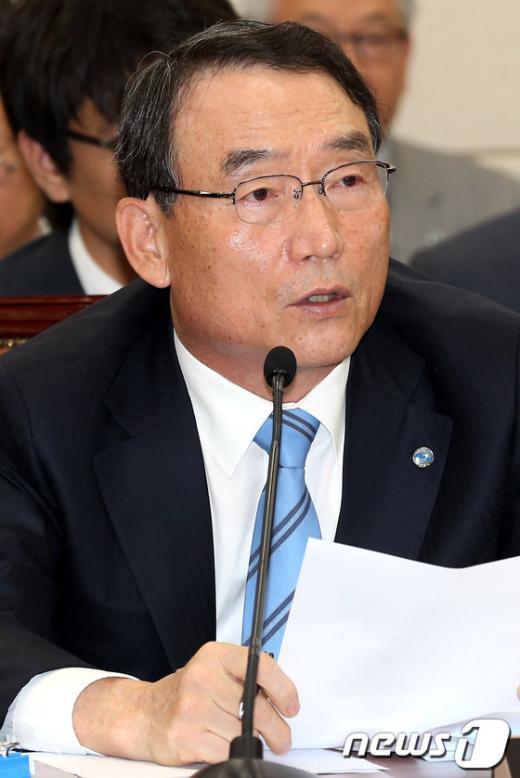 [사진]답변하는 김인규 사장
