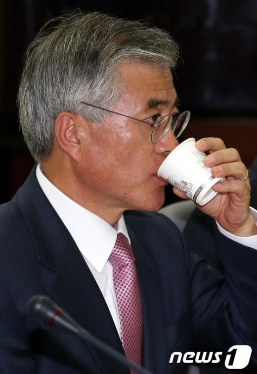 [사진]물 마시는 문재인 후보