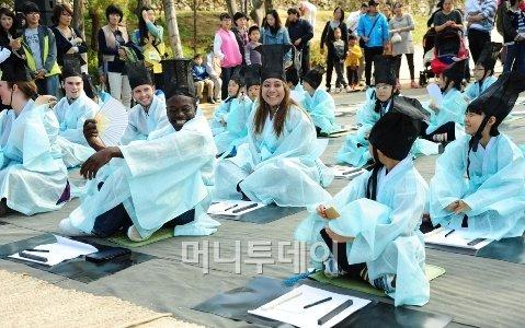 '조선시대 과거시험 체험하는 외국인 교환학생들'