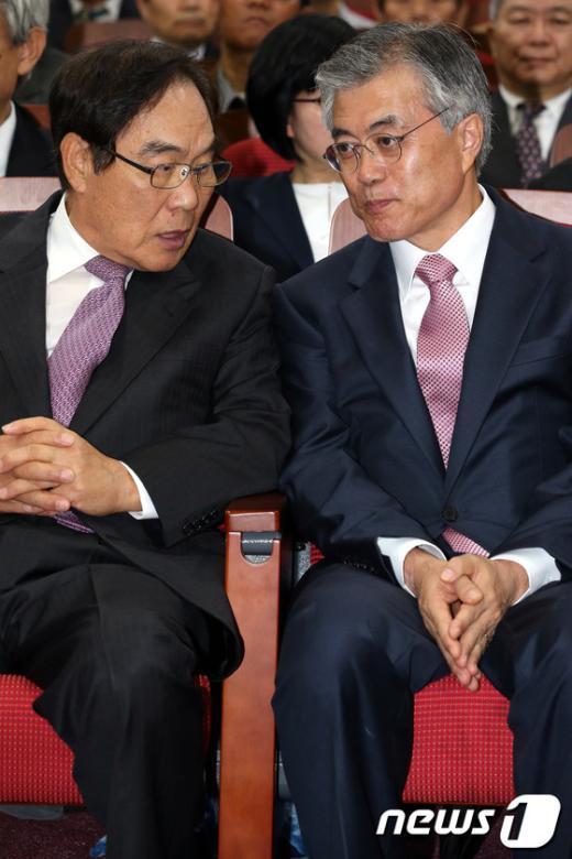 [사진]대화하는 문재인 후보와 임채정 전 의장