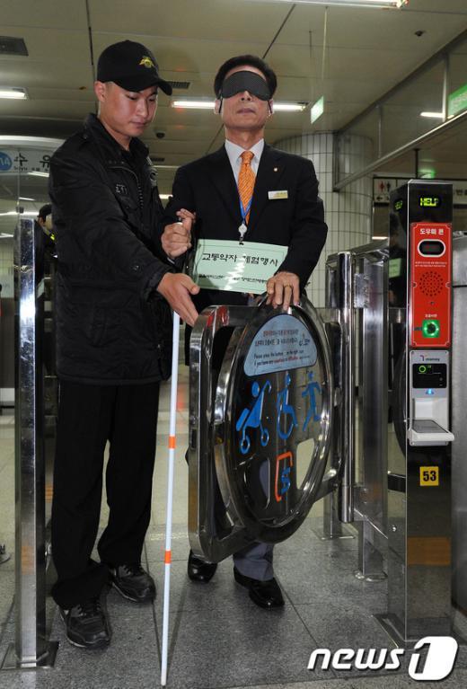 [사진]지하철 역무원, 시각장애 체험