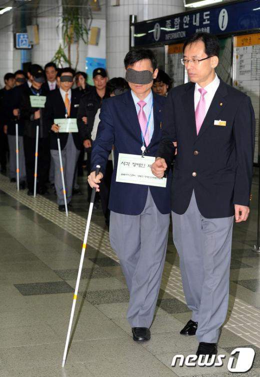 [사진]서울메트로, 시각장애인 체험행사 마련