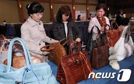 [사진]'북한 어린이 돕기 사랑의 바자회'