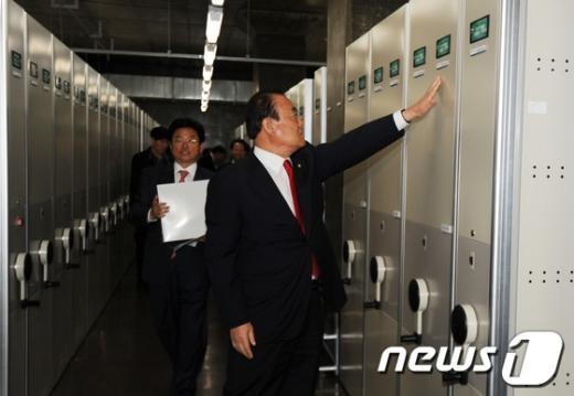 [사진]대통령기록관 열람하는 새누리당 의원들