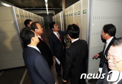 [사진]대통령기록관 문서보관 방법 확인하는 새누리당 의원들