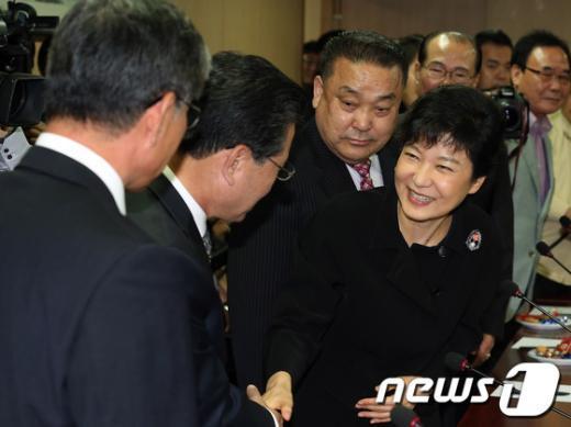 [사진]택시기사 손 잡은 박근혜 후보