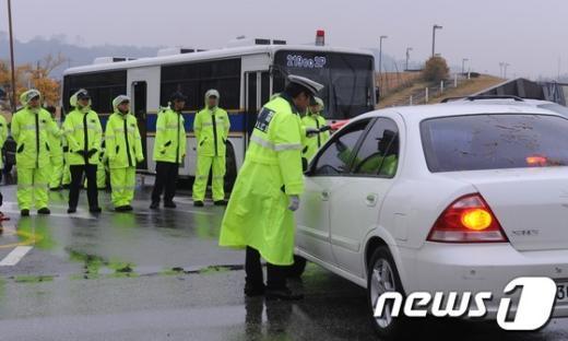 [사진]임진각에서 검문하는 경찰