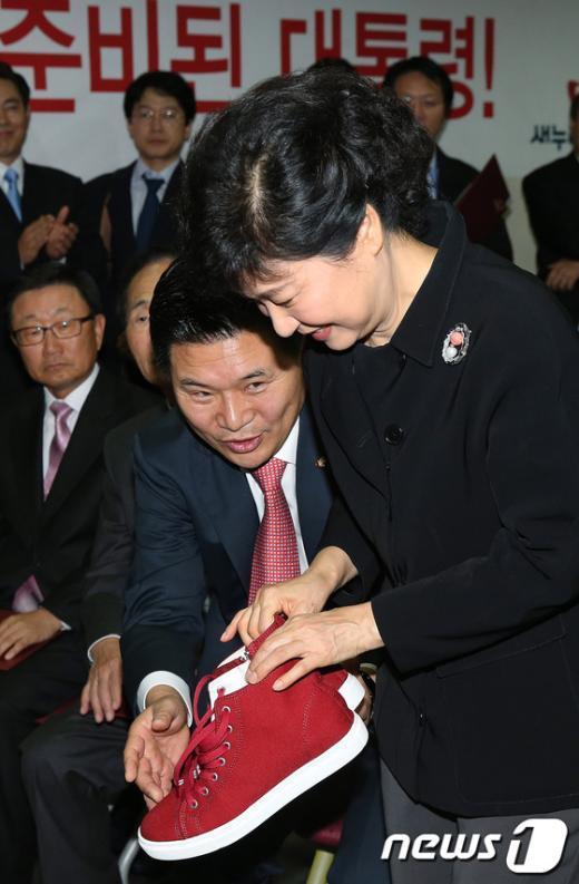 [사진]박근혜, '빨간 운동화 신고 열심히 뛰어달라'