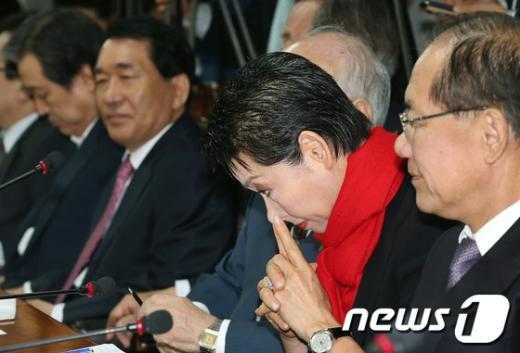 [사진]코 만지는 김성주 위원장