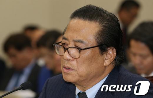 [사진]답변하는 박진근 이사장