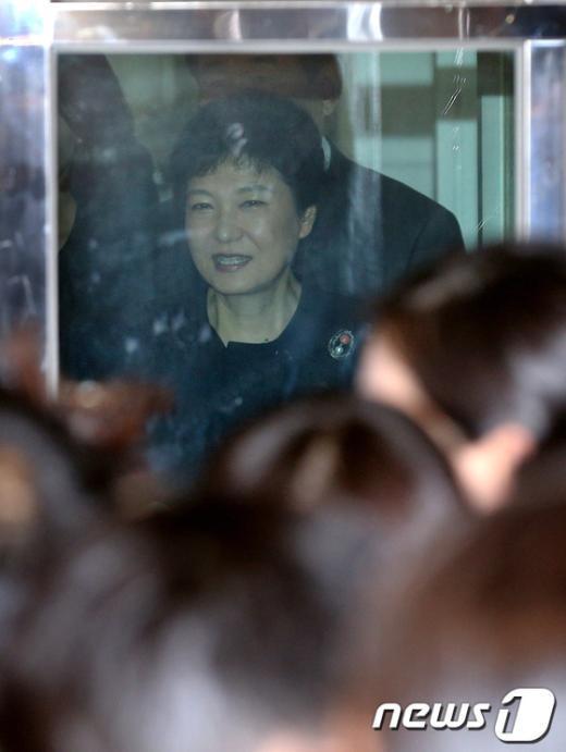 [사진]간담회 마친 뒤 밖으로 나오는 박근혜 후보