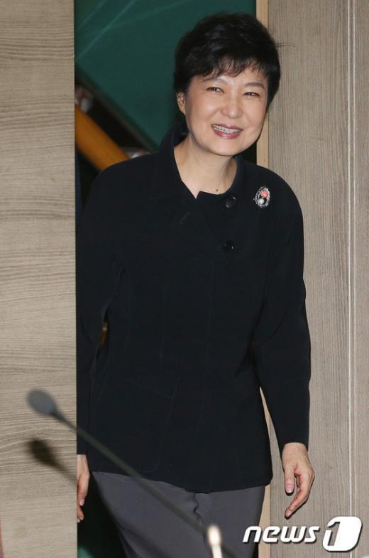 [사진]간담회 참석하며 환하게 웃는 박근혜 후보