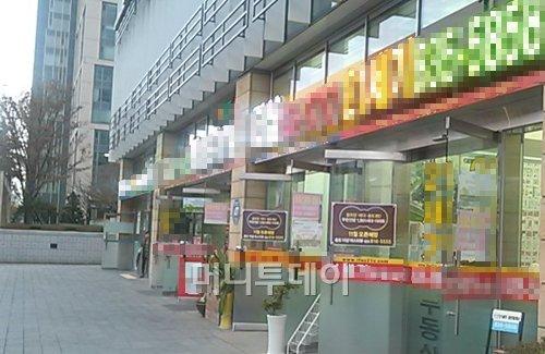 ↑인천 송도동 일대 부동산 공인중개업소들이 일제히 문을 열고 손님들을 맞고 있다. ⓒ이재윤 기자