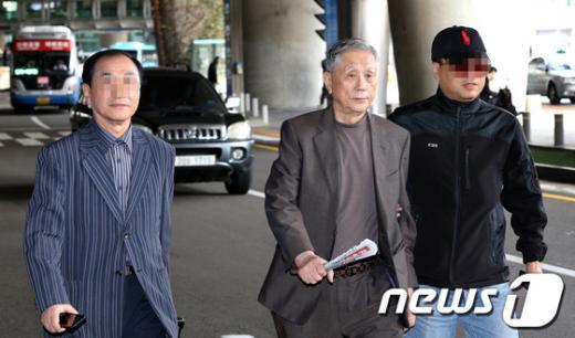 특검수사 직전 중국으로 출국했던 이상은 다스 회장이 24일 오후 인천공항 입국장을 통해 입국하고 있다. (한겨레신문 제공)  News1