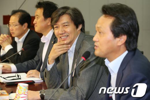 [사진]민주당 쇄신을 바라는 의원모임 참석한 조국교수