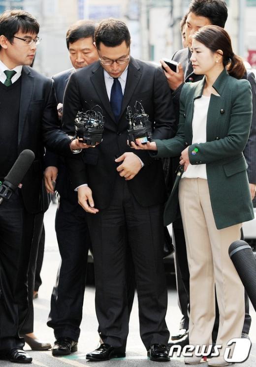 [사진]고개숙인 李대통령 아들 이시형 씨