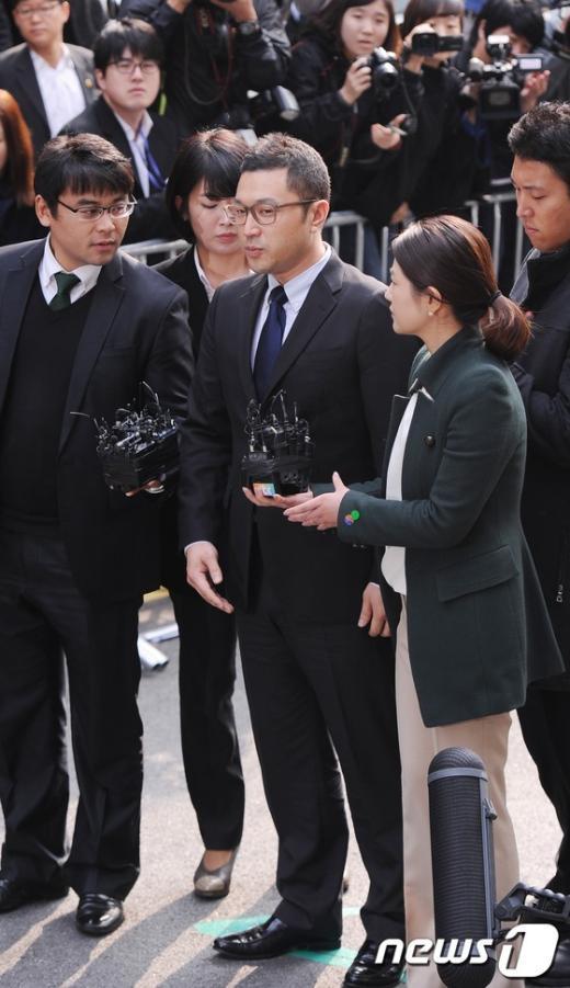 [사진]포토라인에 선 이명박 대통령 아들 시형씨
