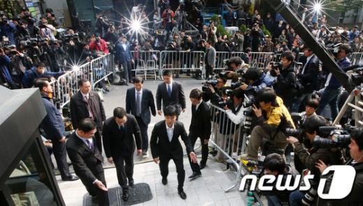 [사진]대통령 아들 이시형씨, '철통경호 속 출두'