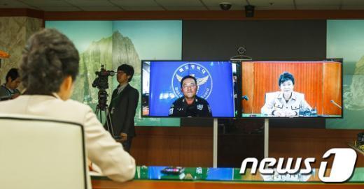 [사진]독도의 날 맞아 독도경비대 격려하는 박근혜 후보