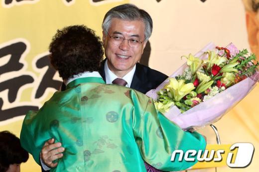 [사진]포옹하는 문재인 후보