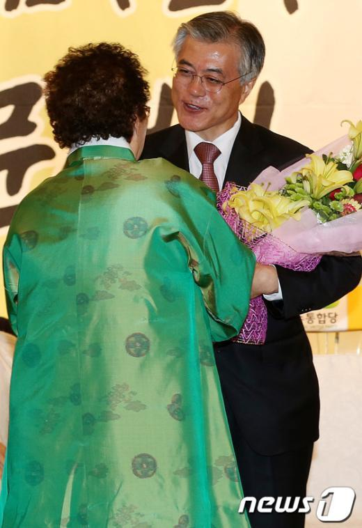 [사진]꽃다발 받는 문재인 후보