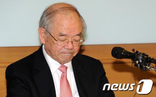 서남표 한국과학기술원(KAIST) 총장이 지난 17일 오전 서울 서머셋팰리스호텔에서 긴급 기자회견을 갖던 중 생각에 잠겨 있다.  News1 박지혜 기자