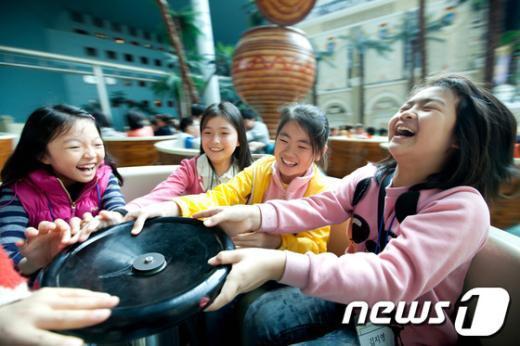 [사진]롯데월드, 새터민 어린이들의 놀이공원 나들이