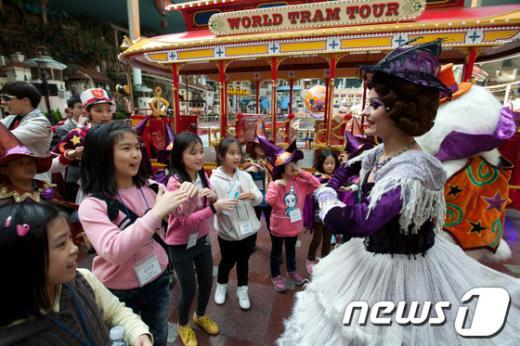 [사진]롯데월드, 할로윈 파티를 즐기는 새터민 어린이