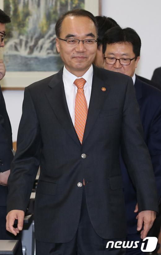 [사진]경제민주화 토론회 참석하는 박재완 장관