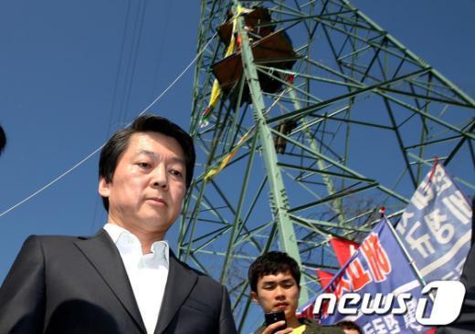 [사진]철탑 농성장 방문한 안철수 후보