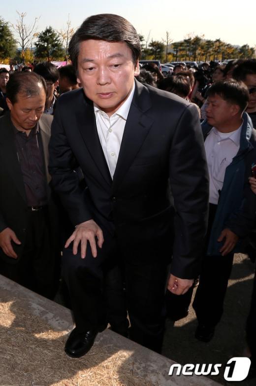 [사진]철탑 아래로 향하는 안철수 후보
