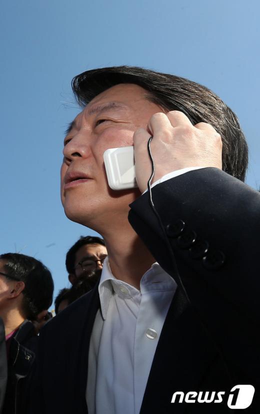 [사진]철탑 위 노동자와 전화연결 중인 안철수