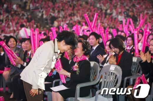 [사진]고개숙여 인사하는 박근혜 후보