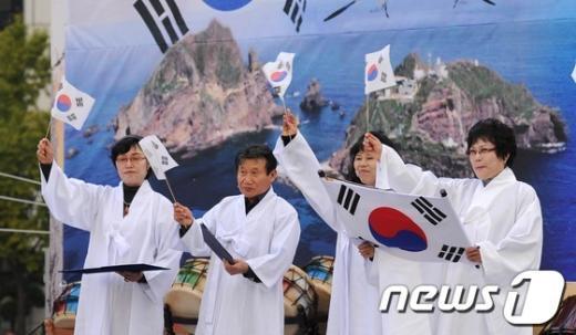 [사진]'독도만세' 외치는 참석자들