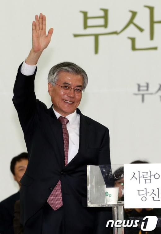 [사진]손들어 인사하는 문재인 후보