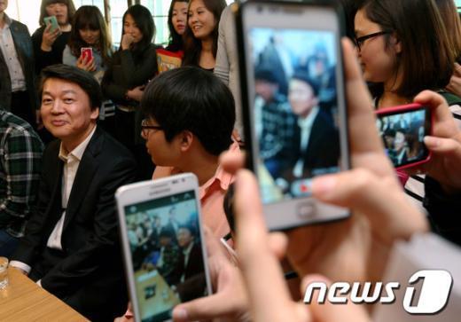 [사진]학생들 카메라 보는 안철수 후보