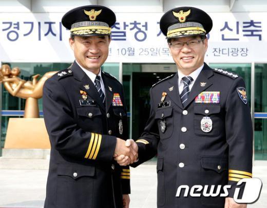 [사진]임승택 경기청 제2차장과 악수하는 김기용 경찰청장