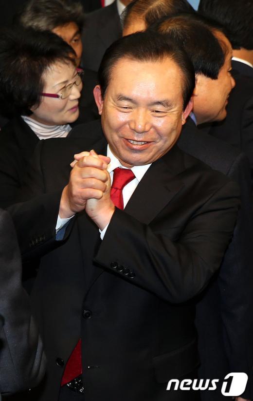 선진통일당 이인제 대표가 25일 서울 여의도 국회의사당 정론관에서 새누리당과의 합당을 발표한 후 두손을 모으고 있다. 이인제 대표는 15년만에 13번째 당적을 바꿔 친정으로 돌아왔다. 2012.10.25/뉴스1  News1 이종덕 기자