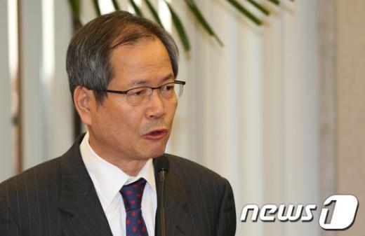 [사진]NLL 관련 답변하는 천영우 수석비서관