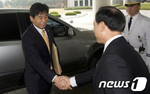 [사진]국가정보원 국정감사 들어서는 김민기 의원