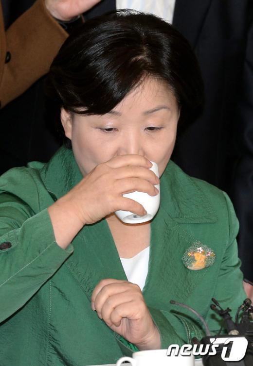 [사진]물 마시는 심상정 후보