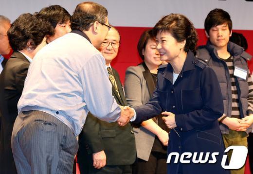 [사진]중소기업인들과 인사나누는 박근혜 후보